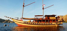 Discover Komodo in style sailing on this sail boat rental