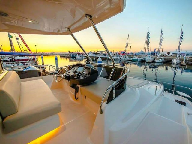 Discover Marina Sentosa Cove surroundings on this 48 Aquila boat
