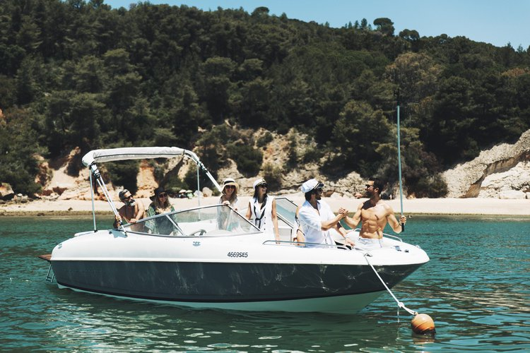 This 23.5' Bayliner cand take up to 8 passengers around Setubal