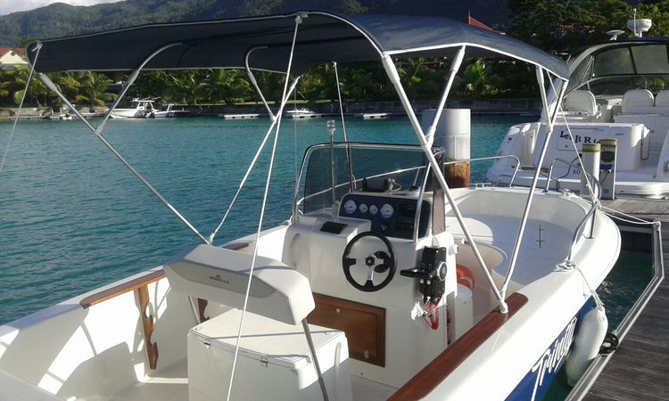 This 20.0' Brava cand take up to 10 passengers around Praslin