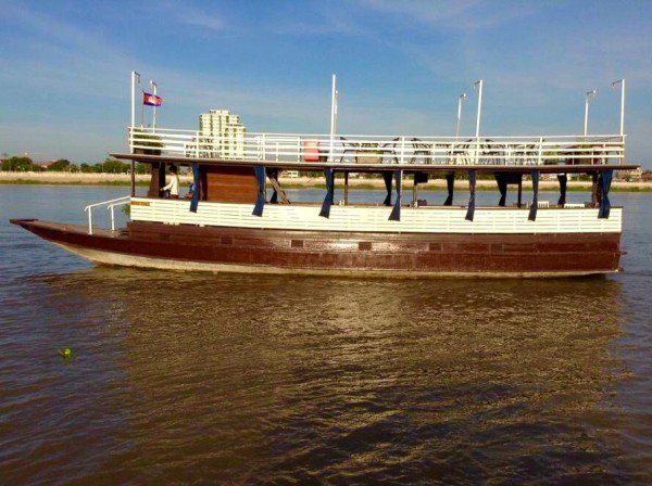 This motor boat rental is perfect to enjoy Phnom Penh