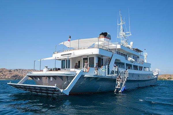 Mega yacht boat for rent in Bali