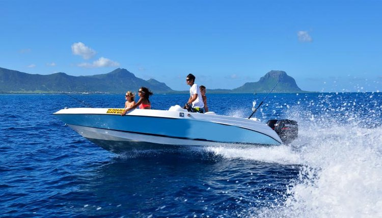 This motor boat rental is perfect to enjoy Mauritius