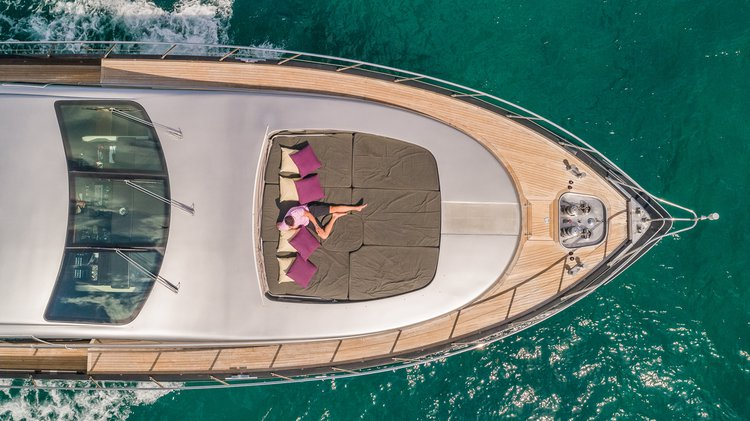Discover Aventura surroundings on this 92 MANGUSTA boat
