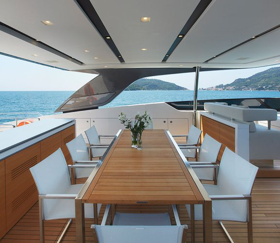Discover Singapore surroundings on this 31 Sanlorenzo boat