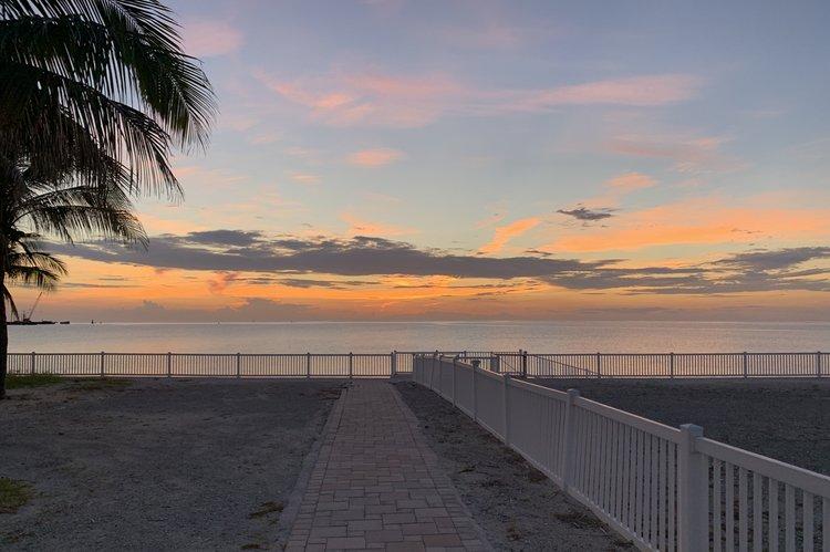 Discover Miami surroundings on this 480 Sedan Bridge Sea Ray boat