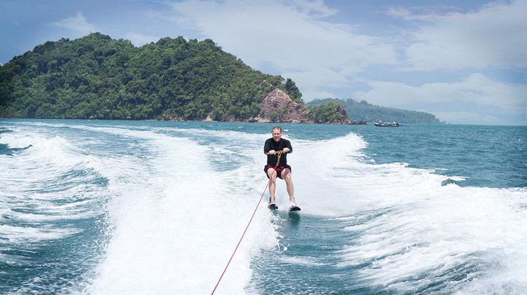 Discover Phuket surroundings on this 35 X2K boat
