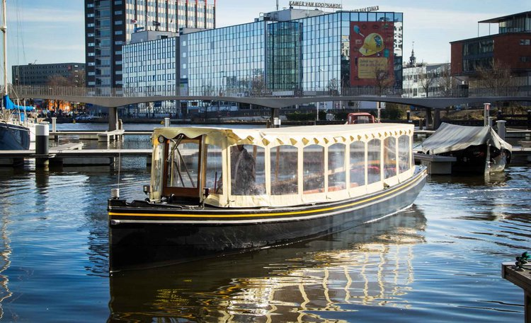 This motor boat rental is perfect to enjoy Amsterdam