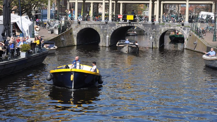 This 8.5' Custom cand take up to 24 passengers around Leiden
