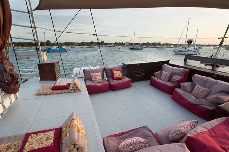 Up to 12 persons can enjoy a ride on this Schooner boat