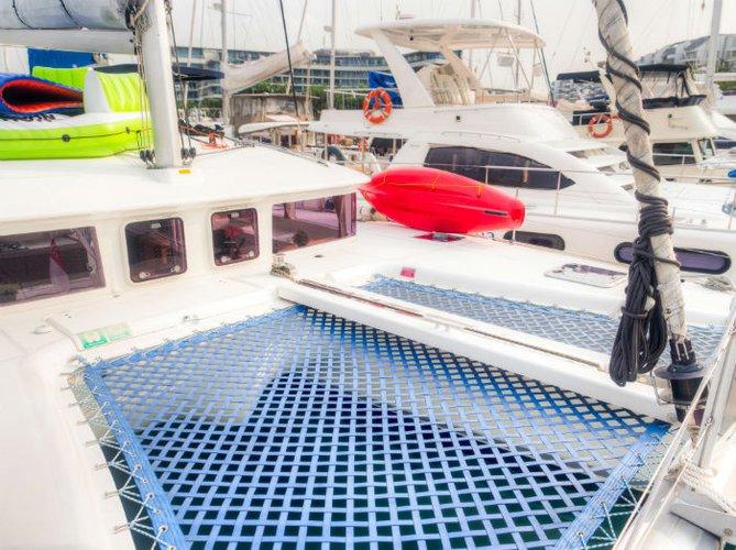This 40.0' Custom cand take up to 18 passengers around Marina Sentosa