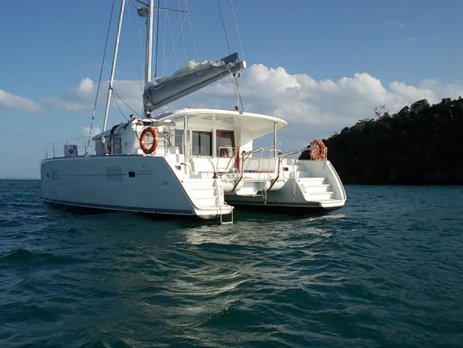Explore Singapore on our comfortable sail boat for rent