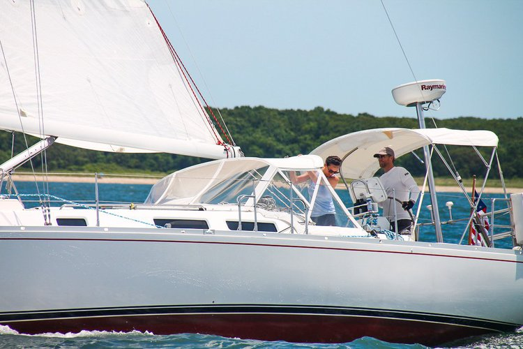 Up to 6 persons can enjoy a ride on this Cruiser racer boat