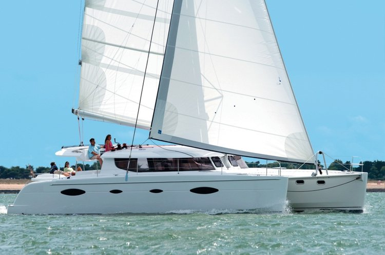 Discover Kepple Bay surroundings on this 450 Lagoon boat