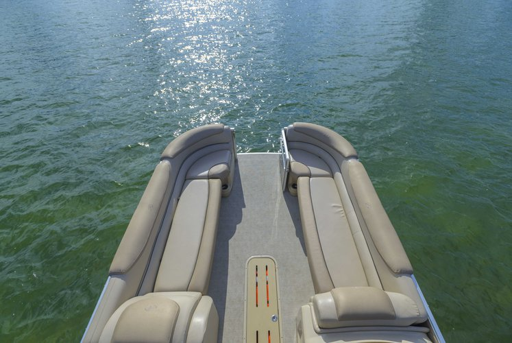 This 30.0' AVALON cand take up to 12 passengers around Miami