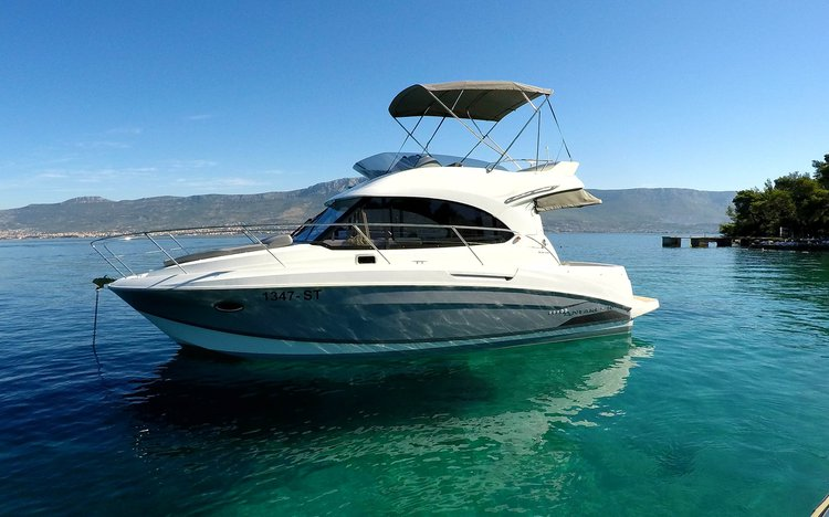 This 33.0' Beneteau cand take up to 9 passengers around Split region