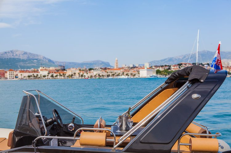 Up to 7 persons can enjoy a ride on this Motor boat boat