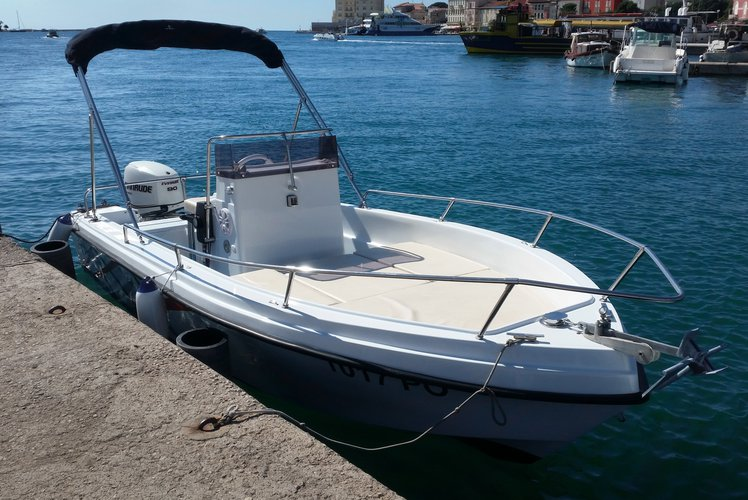 Open central console boat perfect for daily trips