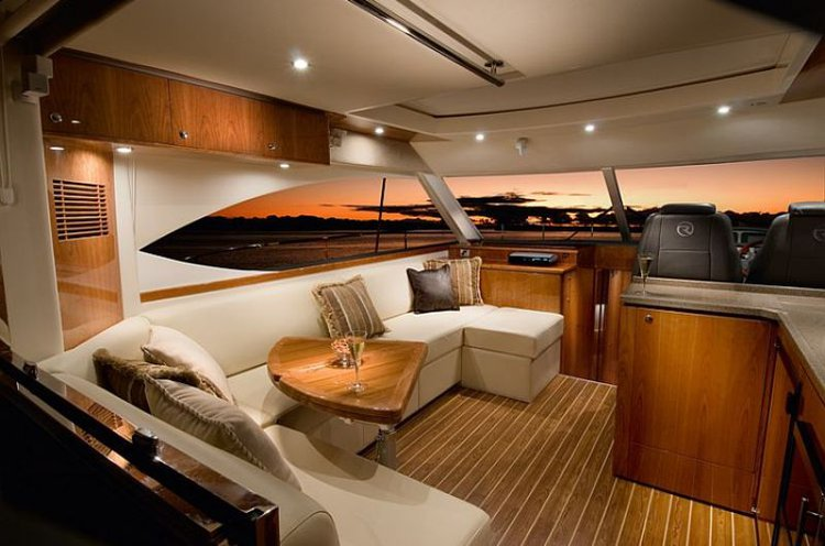 This 55.0' Riviera cand take up to 12 passengers around Sydney