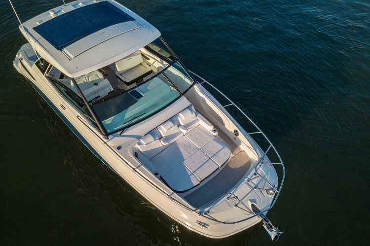 This 32.0' Sundancer cand take up to 4 passengers around Sag Harbor