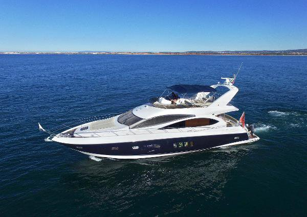 This mega motor boat rental is perfect to enjoy Queenstown