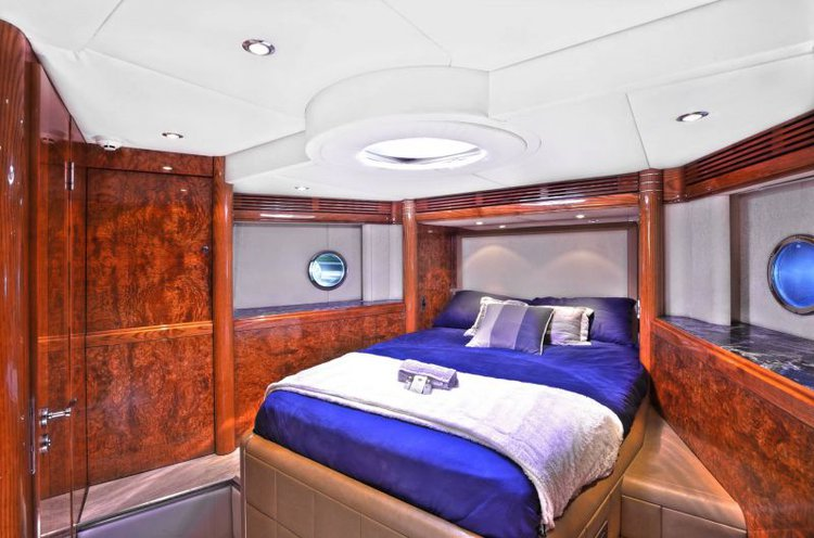 Discover Sydney surroundings on this Supernova 77 Warren Yachts boat
