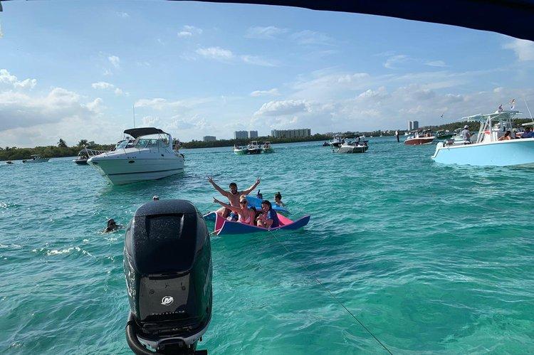 This 25.0' monterey cand take up to 10 passengers around Miami