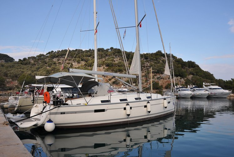 This 40.0' BAVARIA cand take up to 6 passengers around Fethiye
