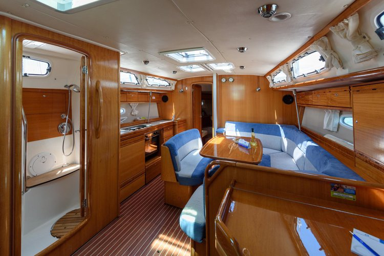 This 40.0' Bavaria Yachtbau cand take up to 8 passengers around Split region