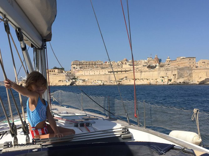 Discover Ta'Xbiex surroundings on this 523 Beneteau Oceanis boat