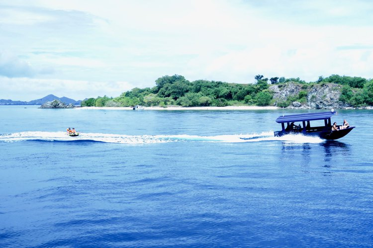 Discover Labuan Bajo surroundings on this Phinisi Bira boat