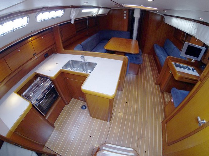 This 48.0' Cantiere Del Pardo (Grand Soleil) cand take up to 10 passengers around Šibenik region
