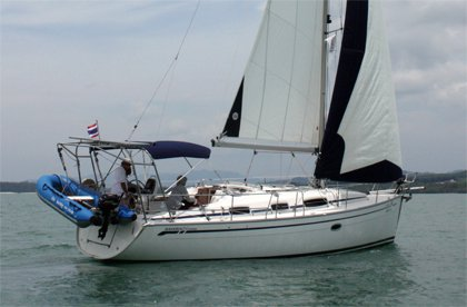 This sail boat rental is perfect to enjoy phuket