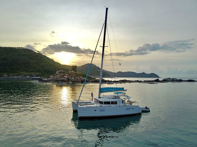 Discover Samui Base surroundings on this 400 Lagoon boat
