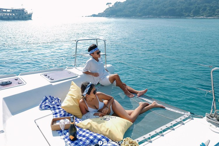 Discover Pattaya surroundings on this 421 Lagoon boat