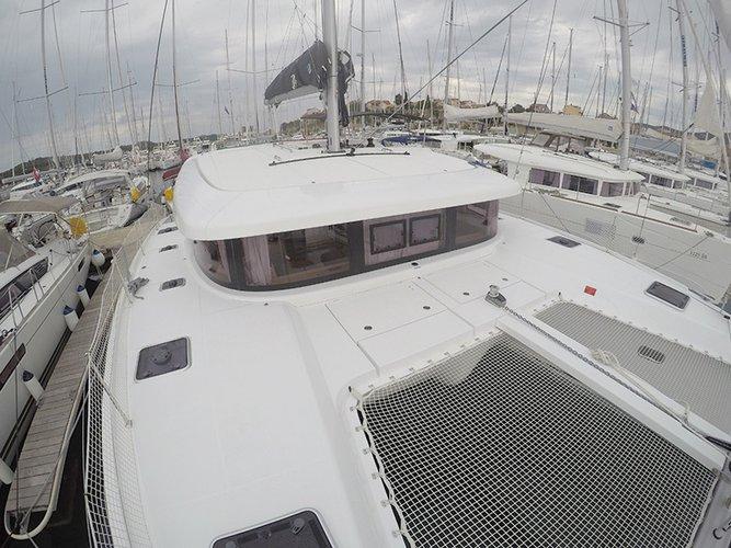 This 41.0' Lagoon-Bénéteau cand take up to 10 passengers around Šibenik region