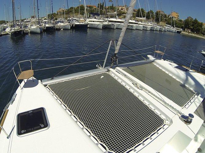 Discover Šibenik region surroundings on this Lagoon 450 Lagoon-Bénéteau boat