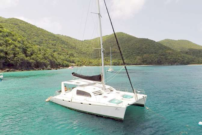 Discover Charlotte Amalie surroundings on this Leopard 470 Robertson & Caine boat
