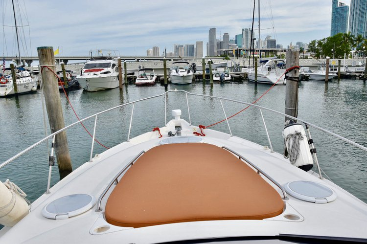 Discover Miami surroundings on this 322 Monterrey boat