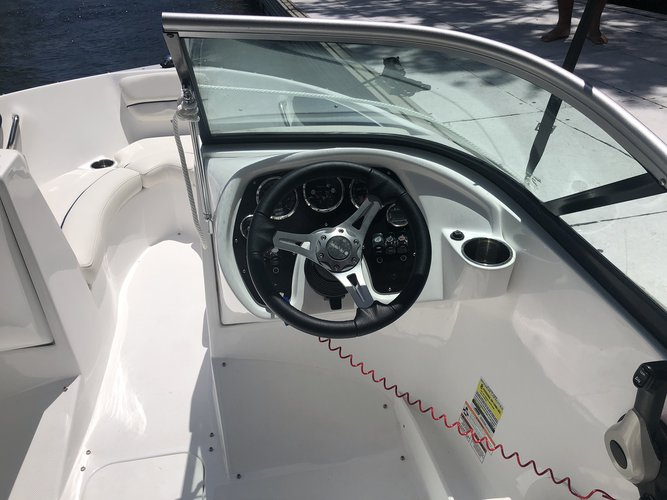 This 19.0' Rinker cand take up to 8 passengers around Fort Lauderdale