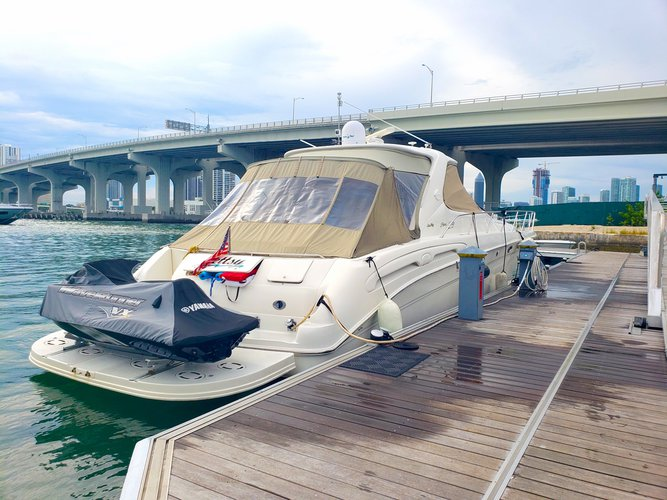 This 55.0' Searay cand take up to 12 passengers around MIAMI