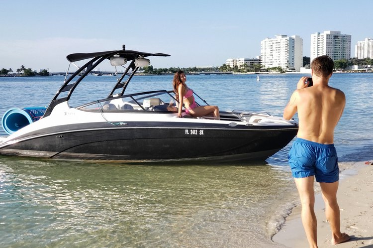 Up to 9 persons can enjoy a ride on this Jet boat boat