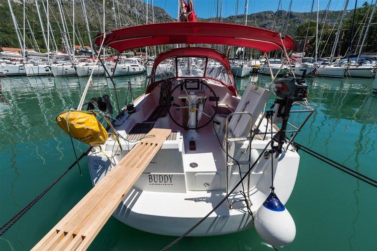 Jump aboard this beautiful Bénéteau Oceanis 31