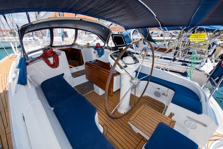 This 41.0' Jeanneau cand take up to 6 passengers around Split region