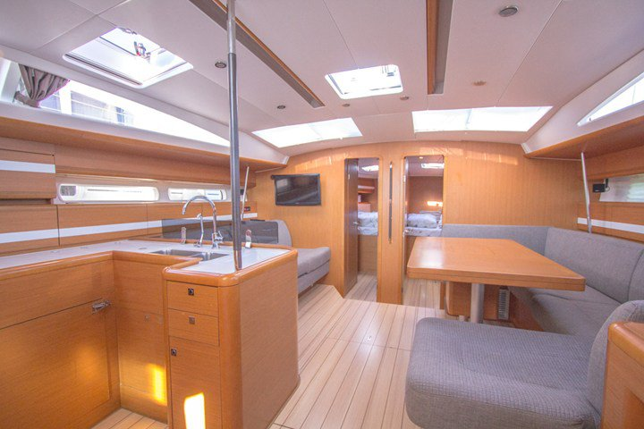This 52.0' Jeanneau cand take up to 10 passengers around Split region