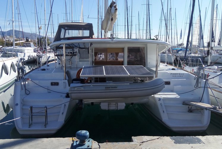 Discover Alimos surroundings on this 400 S2 Lagoon boat