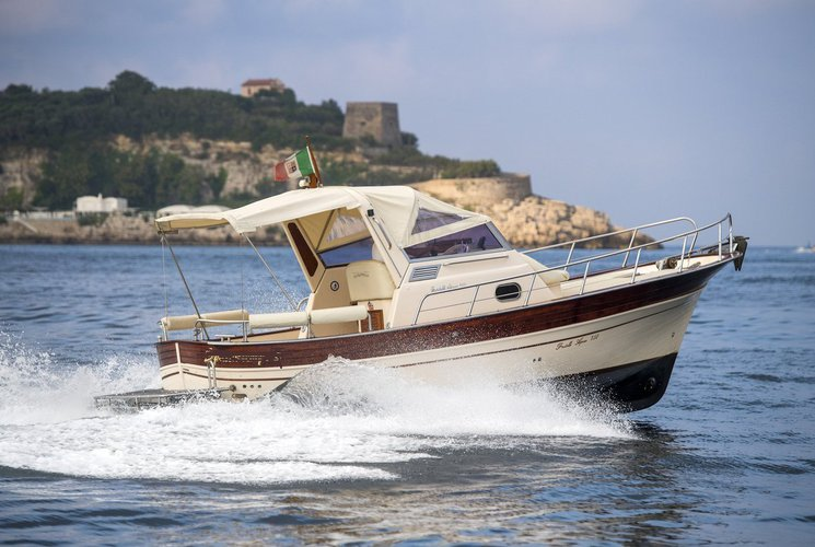 This 28.0' Fratelli Aprea cand take up to 6 passengers around Sorrento