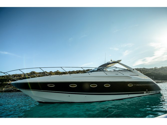 This motor boat charter is perfect to enjoy Preveza