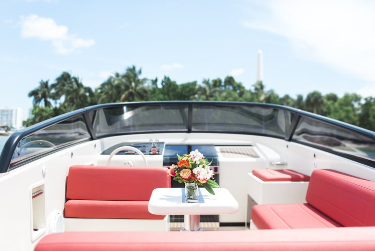 This 32.0' VanDutch cand take up to 6 passengers around Key Biscayne