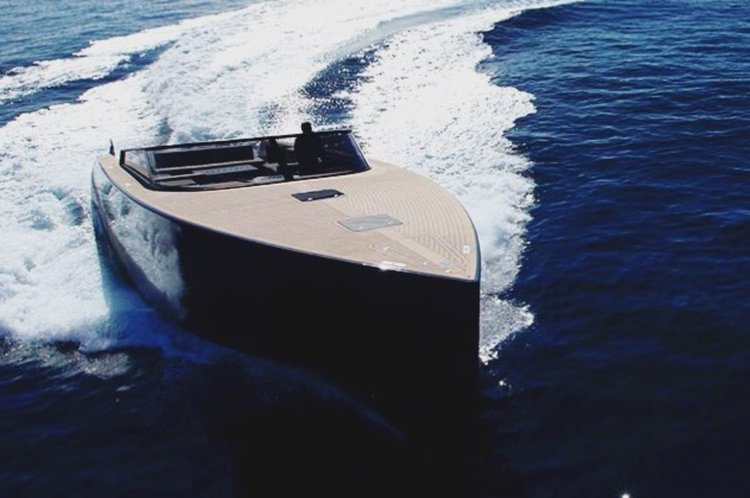 Discover New York surroundings on this express van dutch boat